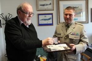 Evžen Škňouřil z ENA a plk. Michal Burian z VHÚ křtí minci k letounu Bohemia B-5