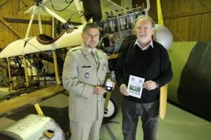 Plk. Michal Burian z VHÚ Evžen Škňouřil z ENA před letounem Bohemia B-5 v hangáru kbelského muzea