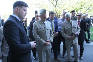 Tomáš Kykal z VHÚ (vlevo) a generálmajor Jaromír Zůna (uprostřed)