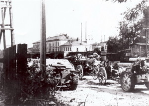 Válečná kořist, soustředěná na nádraží v Opavě. Vlevo stíhač tanků JPz 38 Hetzer, vpravo 150mm houfnice sFH18. Zcela vzadu útočné dělo StuG 40 a víceúčelový kanón ráže 88mm.  (VÚA-VHA)