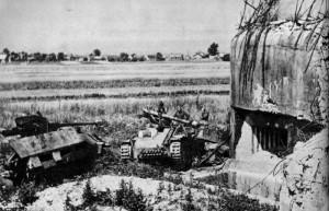 """Stíhače tanků Sd. Kfz. 251/22 a Marder III z 27. oddílu stíhačů tanků německé 17. tankové divize, zničené v dubnových bojích u objektu těžkého opevnění OP-S 10 """"Křižovatka"""" u Opavy. (VÚA-VHA)"""