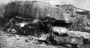 """Stíhač tanků Sd. Kfz. 251/22 ze 3. roty  27. oddílu stíhačů tanků německé 17. tankové divize, zničený u objektu těžkého opevnění OP-S 10 """"Křižovatka"""" u Opavy. (Československý voják)"""