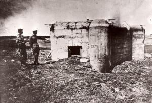 Sovětští vojáci u československého objektu lehkého opevnění vz. 37 v Českém Slezsku na přelomu dubna a května 1945. (VÚA-VHA)