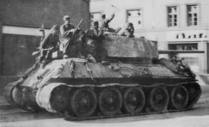 Střední tank T-34-85 Československé samostatné tankové brigády v Ostravě 30. dubna 1945. (VÚA-VHA)