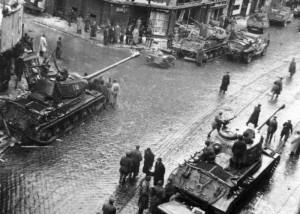 Sovětské těžké tanky IS-2 ze 42. těžké tankové brigády v Ostravě 30. dubna 1945. (VÚA-VHA)