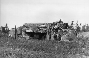 """Českoslovenští důstojníci v létě 1945 při rekognoskaci objektu těžkého opevnění OP-S 19 """"U finanční budky"""", poškozeného bojem.  (VÚA-VHA)"""