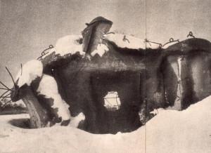 Objekt lehkého opevnění vz. 37 v Českém Slezsku, poškozený sovětskými ženisty v dubnových bojích. Snímek ze zimy 1945. (Československý voják)