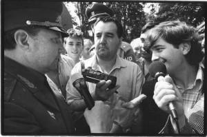 Generálplukovník Eduard Vorobjov s Alexejem Kuzevanovem (zcela vpravo) 27. června 1991 na letišti v Praze-Kbelích.  Foto: Jan Jindra – VHÚ.