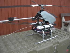 Pohled na přenosovou aparaturu, pohonný elektromotor a část reduktoru vrtulníku.  FOTO: J. Sýkora