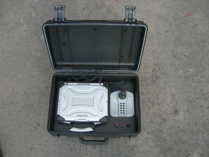 Zodolněný kufr se zdrojovou deskou, řídícím počítačem a joystickem.  FOTO: J. Sýkora