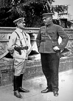 Vilmos Böhm (vlevo), vrchní velitel maďarské Rudé armády, v rozhovoru s Aurélem Stromfeldem, náčelníkem hlavního štábu, na velitelství v Gödölő na jaře 1919. Od 5. května probíhala usilovná reorganizace maďarské Rudé armády. Pro útok na Slovensko bylo vyčleněno kolem 80% všech maďarských sil, tj. 73 praporů pěchoty a 46 dělostřeleckých baterií. Více jak polovina těchto vojsk byla soustředěna k průniku na pravém křídle fronty, jež přiléhalo k východnímu Slovensku. Čs. armáda měla na Slovensku 90 praporů pěchoty a 32 dělostřeleckých baterií. (VHÚ Praha)