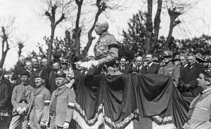 Generál Pellé, náčelník hlavního štábu čs. armády, při smutečním proslovu na pohřbu gen. Štefánika 10. května 1919. Jeden z hlavních organizátorů čs. legií a ministr války zahynul při  letecké nehodě, když se 4. května vracel do vlasti. (VHÚ Praha)