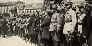 Československé vojsko z Itálie defiluje před generalitou na bratislavských slavnostech uspořádaných 24. května 1919 na paměť 4. výročí vstupu Itálie do války. Italská velitelská mise v čele s gen. Piccionem, která se kompetenčně střetávala s Francouzskou vojenskou misí, zakrátko opustila Československo a uprázdněná velitelská místa u čs. armádního sboru museli narychlo nahradit francouzští důstojníci. V první řadě přihlížejí: V. Šrobár, V. Klofáč, J. Scheiner, gen. L. Piccione a gen. E. Mittelhausser. (VHÚ Praha)