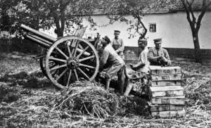 Maďarská obsluha 8cm kanónu vz. 5. Účelně uplatňovaná dělostřelecká převaha maďarské Rudé armády měla na morálku čs. jednotek devastující dopad a na frontě opakovaně vyvolala paniku. (VHÚ Praha)
