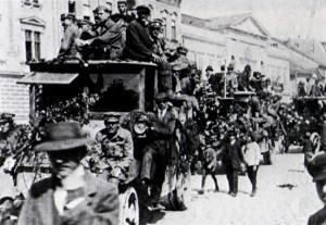 Slavnostní vjezd jednotek maďarské Rudé armády do Košic (VHÚ Praha)