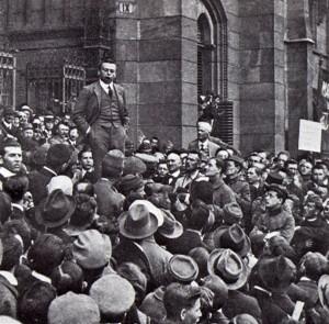 Vítězné oslavy v Budapešti – Béla Kun řeční 7. června 1919 na schodišti parlamentu. (VHÚ Praha)