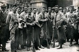 Sokolská mobilizace na pomoc Slovensku – skupina dobrovolníků z Poděbrad rukuje 5. června na frontu. (VHÚ Praha)