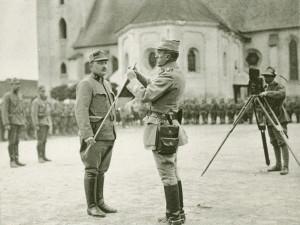 Plukovník Šnejdárek, velitel 2. divize, slavnostně dekoruje prapor čs. zákopníků za zásluhy v bojích u Hronské Breznice. (VHÚ Praha)