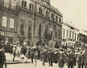 V Prešově, obsazeném Maďary, byla pod jejich patronací 16. června 1919 vyhlášena  Slovenská republika rad. Do čela tohoto loutkového komunistického státu, jenž existoval jen tři týdny, se postavil český novinář Antonín Janoušek. (VHÚ Praha)