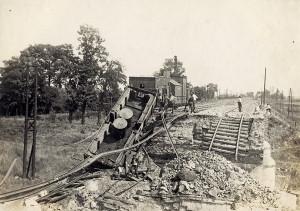Poškozený obrněný vlak, zčásti vězící v sutinách železničního mostu přes řeku Nitru, se stal mementem prudkých bojů, které se 20. června 1919 odehrály nedaleko Nových Zámků. Odvážný výpad čs. improvizovaného obrněného vlaku Bratislava č. 3 překazila exploze maďarské nálože, jež sice zničila most, ale vlak nikoli. Na nepřátelském břehu, bez možnosti pohybu, jeho osádka dál vedla účinnou palbu z kanónu umístěného na čelním voze. Na ochranu obrněného vlaku provedl v kritický okamžik úspěšnou akci praporník (major) Jiří Jelínek, velitel 39. pěšího pluku italských legií, jenž při ní utrpěl smrtelná zranění. (VHÚ Praha)