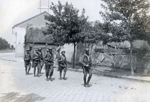Hlídka čs. italských legionářů – tzv. arditů – od 7. divize na obchůzce v jedné z ulic Nových Zámků (VHÚ Praha)