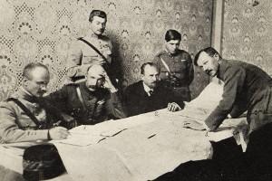 Přivedení maďarských parlamentářů do Bratislavi 25. června 1919 a vyjednávání nad mapami za přítomnosti gen. Mittelhaussera. Poté, co maďarská Rudá armáda evakuovala 30. června Slovensko, čs. vojsko obsadilo hraniční linii na západě 3. července a na východě 5. července 1919. (VHÚ Praha)