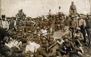 Sokolové od II. pluku Stráže svobody zvěčnění na památku na jižní hranici Slovenska v srpnu 1919 (VHÚ Praha)
