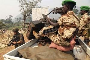 Mezinárodní vojenské síly v Středoafrické republice. Příslušníci mírových sil Africké unie a voják francouzské armády.