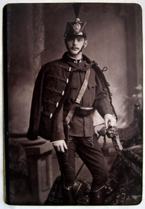 Jako aristokrat a milovník koní absolvoval Karel Kinský přirozeně vojenskou službu u jezdectva. Na snímku z roku 1880 ve stejnokroji husarů. Kinský sloužil u 5. pluku, který byl od roku 1878 posádkou v jemu blízkých Pardubicích. FOTO: SOA Zámrsk, Rodinný archiv Kinských, Heřmanův Městec