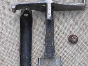 Detailní pohled na řap čepele a hřbetu rukojeti před odrezením.FOTO: Petr Moudrý