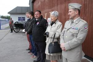 Vpravo ředitel Odboru muzeí VHÚ, plk. Michal Burian, vedle něj p. Janečková, manželka plk. Janečky, jednoho ze zakladatelů Leteckého muzea Kbely