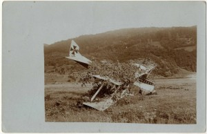 Částečně zamaskovaný rakousko-uherský letoun Hansa-Brandenburg C.I zasažený Rumuny