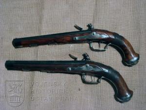 Pár pistolí s křesadlovým zámkem v kazetě s příslušenstvím, J. Ch. Kuchenreiter, kolem 1805