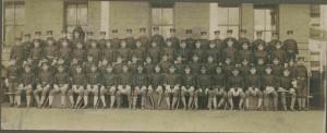 Skupinový snímek příslušníků setniny D amerického 7. jezdeckého pluku, počátek dvacátého století