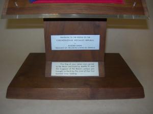 Darovací a vysvětlující nápisy na podstavci kazety