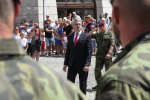 Ministr obrany Lubomír Metnar, v pozadí velitel 4. brn plk. gšt. Josef Trojánek