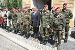 Slavnostní nástup 4. brn v Žatci, k 25 letům existence této jednotky