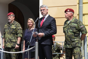 Ministr obrany Lubomír Metnar hovoří na slavnostním nástupu 4. brn