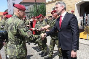 Ministr obrany Lubomír Metnar předává vyznamenání