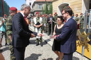 Ministr obrany Lubomír Metnar křtí publikaci k 25 letům 4. brn