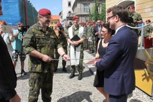 Náčelník GŠ AČR generál Aleš Opata křtí publikaci k 25 letům 4. brn