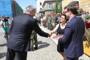 Ministr obrany Lubomír Metnar gratuluje autorům publikace k 25 letům 4. brn