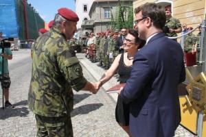Náčelník GŠ AČR generál Aleš Opata gratuluje autorům publikace
