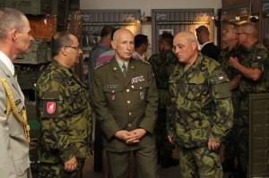 V diskuzi zleva: zástupce velitele plk. Karel Zapletal, bývalý velitel plk. Josef Burkoň a současný velitel plk. Stanislav Hudeček