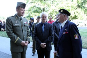 Ivo Pejčoch (uprostřed) při vernisáži výstavy věnované tankové technice, jejímž byl autorem. Vlevo tehdejší náčelník Generálního štábu AČR, generál Josef Bečvář.