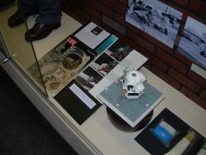 Instalace dobových časopisů a modelu lunárního modulu v Leteckém muzeu VHÚ
