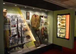 Jedna z vitrín Posádkového muzeum v Žatci. Expozice se nachází mimo prostory kasáren 4. brigády rychlého nasazení.