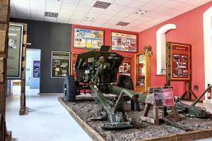 Pohled do jedné z expozičních místností Posádkového muzea v Hranicích s houfnicí 122mm, vz. 38/74. V pozadí nalezené nástěnky z období ČSLA z bývalé Síně odbojů.