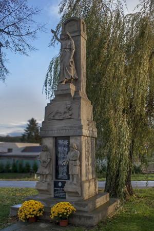 Pomník žádovickým vojákům padlým v 1. světové válce se nachází naproti Obecního úřadu Žádovice.