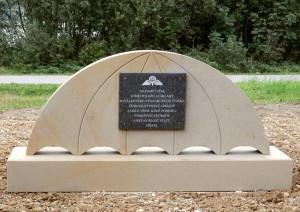 Pomník v blízkosti značené turistické trasy v obci Stráž pod Ralskem, připomínající mimo jiné výcvik izraelských parašutistů z léta 1948, ve tvaru vrchlíku kruhového padáku.